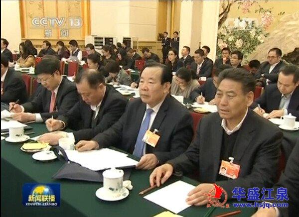 3月6日,中共中央政治局常委、国务院总理李克强来到他所在的山东代表团,参加审议政府工作报告,王廷江(右一)参加会议。